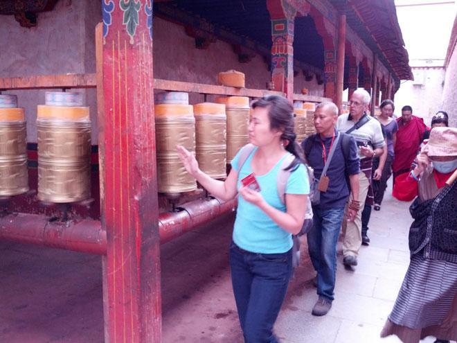 20130730-tibetaanse-draaimolens-drie-rondes-om-de-tempel-lopen-3