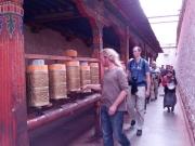 20130730-tibetaanse-draaimolens-drie-rondes-om-de-tempel-lopen
