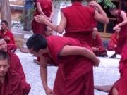20130807-discussie-in-seras-klooster