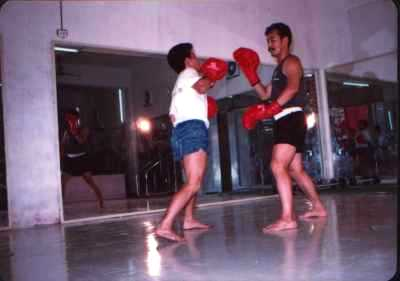 Sifu Zhao en zijn leerling tijdens de San Shou training in de sportschool van Sifu Zhao in Guangzhou in China in 1990