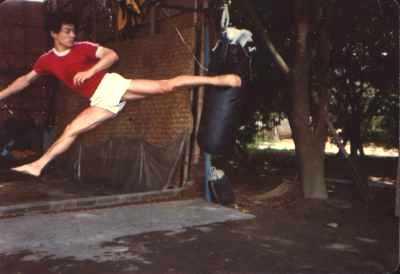 Achterwaarts vliegende trap uitgevoerd door Sifu Zhao op het trainingskamp in Guangdong in augustus 1982